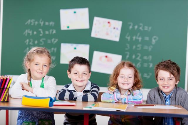 vier kinder in der grundschule